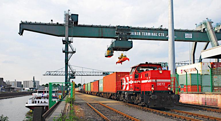 Containerzug im Hafen Köln