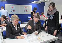 Annegret Verroul, stellv. Schulleiterin, Dezernent Ulrich Porschen, und  Annette Engels, IHK Köln (m Hintergrund)