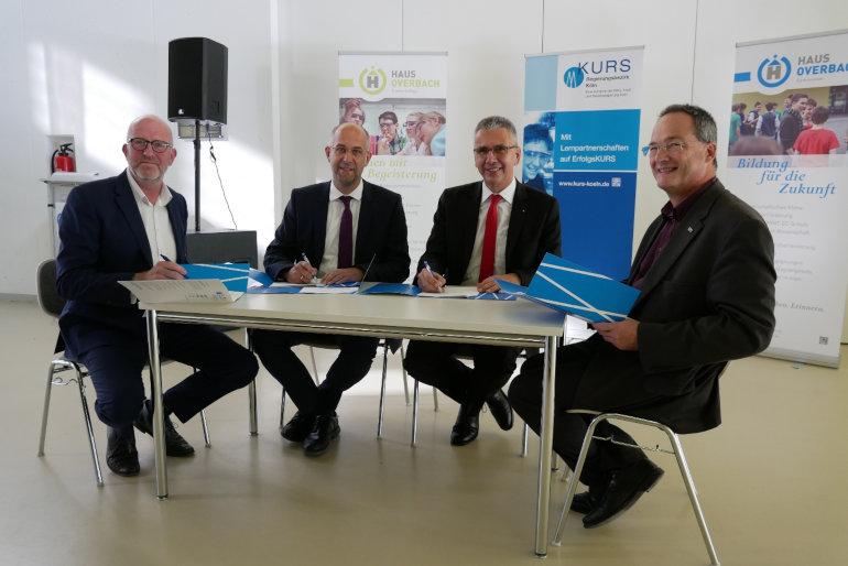 KURS-Lernpartnerschaft zwischen Sparkasse Düren und Gymnasium Haus Overbach unterzeichnet
