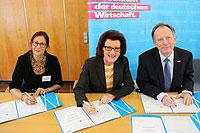 Regierungspräsidentin Gisela Walsken unterzeichnet die KURS-Kooperationsvereinbarung