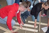 Teamaufgabe: Holzlatten gemäß Vorgabe zusammenfügen