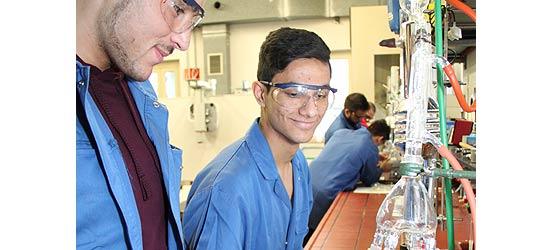 Für Chemie begeistern: KURS-Schüler bei INEOS