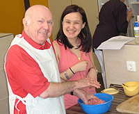 Jug und alt kochen gemeinsam