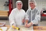 Schüler backen Kekse für Seniorenheim