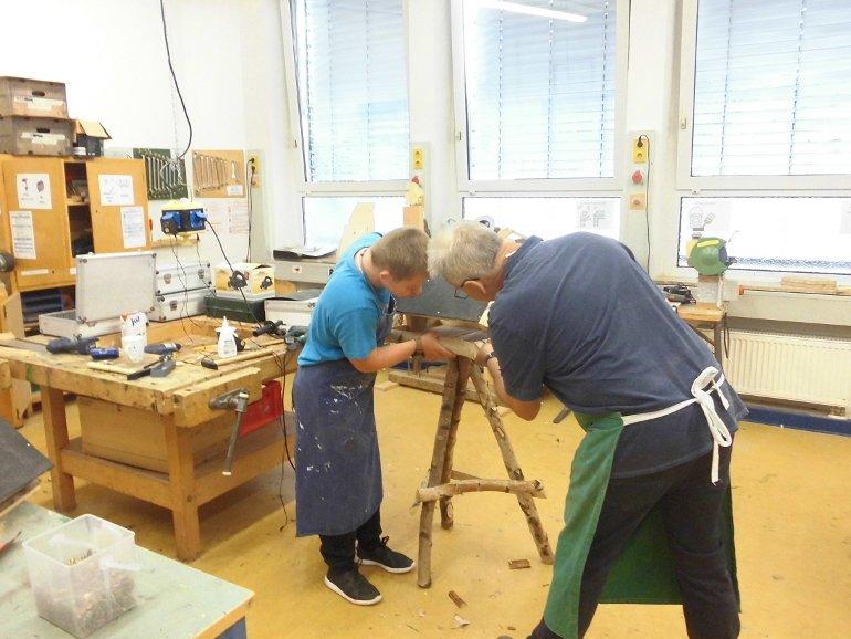Schreiner Wiesen hilft beim Bau der Vogelhäuser