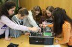 Schülerinnen nehmen PC auseinander